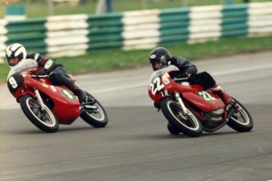 Pete-Lidster-250-Ducati-round-the-outside-at-Snetterton